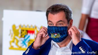 Ο Μάρκους Ζέντερ με μάσκα που φέρει του έμβλημα της Βαυαρίας