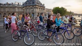 Τουριστικό γκρουπ με ποδήλατα στις όχθες του Σηκουάνα