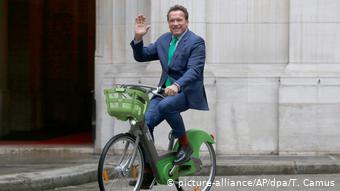 Με ποδήλατο είχε εμφανιστεί ο Άρνολντ Σβαρτσενέγκερ το 2017 στο Δημαρχείο των Παρισίων για μία συνάντηση με την Αν Ινταλγκό