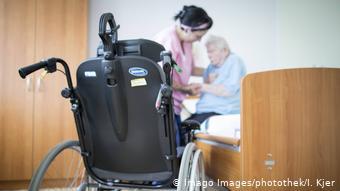 Altenpflegerin hilft Seniorin im Pflegeheim (Imago Images/photothek/I. Kjer)