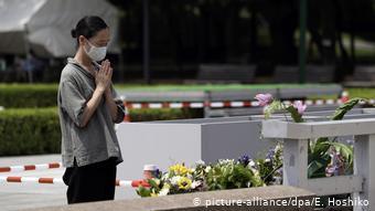 Προσευχή στο κενοτάφιο στο Πάρκο Ειρήνης, Χιροσίμα