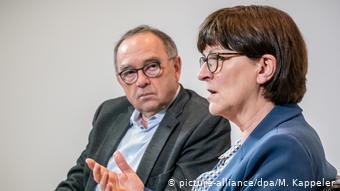 Η ηγεσία του SPD, Μπόργιανς και Έσκεν, εμπιστεύεται τον Σολτς