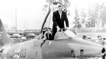 O Φραντς Γιόζεφ Στράους σε πολεμικό αεροσκάφος το 1961