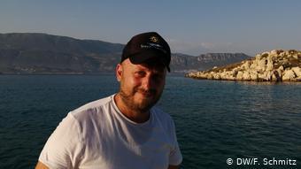 Ο Τσίκος Μαγιάφης με φόντο τα τουρκικά παράλια