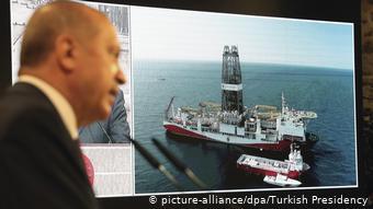 Ο πρόεδρος Ερντογάν μιλά σε συνέντευξη τύπου δείχνοντας το Ορούς Ρέις