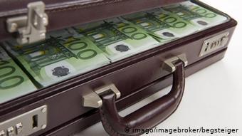 Δώδεκα χώρες περιλαμβάνονται στην επικαιροποιημένη μαύρη λίστα της ΕΕ για το ξέπλυμα χρήματος