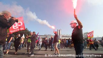 Οι εργαζόμενοι απεργούν ζητώντας βοήθεια από το δημόσιο