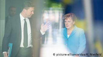 Deutschland Spionage|Merkel und Regierungssprecher Seibert (picture-alliance/dpa/K. Nietfeld)