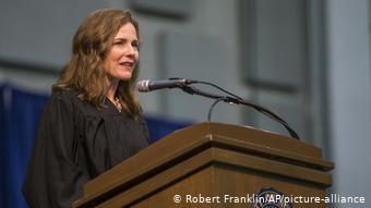 Η Έϊμι Κόνεϊ Μπάρετ σε ομιλία της στο πανεπιστήμιο όπου σπούδασε, το Πανεπιστήμιο Notre Dame στη γενέτειρα πόλη της
