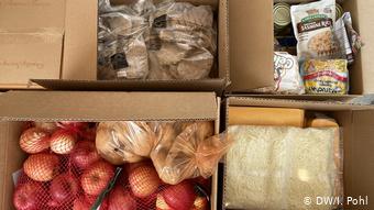 Τα πακέτα τροφίμων που μοιράζονται στο πάρκινγκ του SoFi μοιάζουν κάπως έτσι