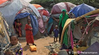 Πολυμελής οικογένεια σε προσφυγικό καταυλισμό κοντά στο Μογκαντίσου