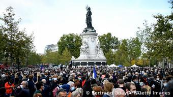 Διαδηλωτές κατακλύζουν την Place de la République
