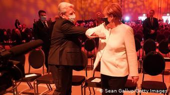 Δύο Ανατολικογερμανοί που βγήκαν κερδισμένοι από την ενοποίηση – ο πρώην Πρόεδρος τη Δημοκρατίας Γιοάχιμ Γκάουγκ και η καγκελάριος Άνγκελα Μέρκελ στην επίσημη τελετή