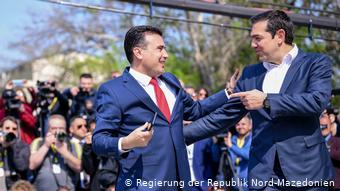 Ζόραν Ζάεφ και Αλέξης Τσίπρας μετά την υπογραφή της Συμφωνίας των Πρεσπών
